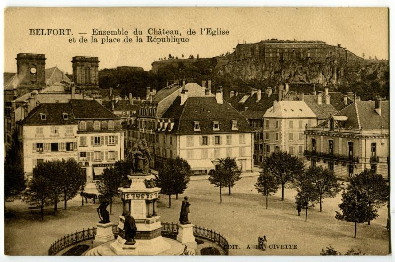 Carte postale ancienne Territoire-de-Belfort Belfort Ensemble du Château et Place République à Belfort