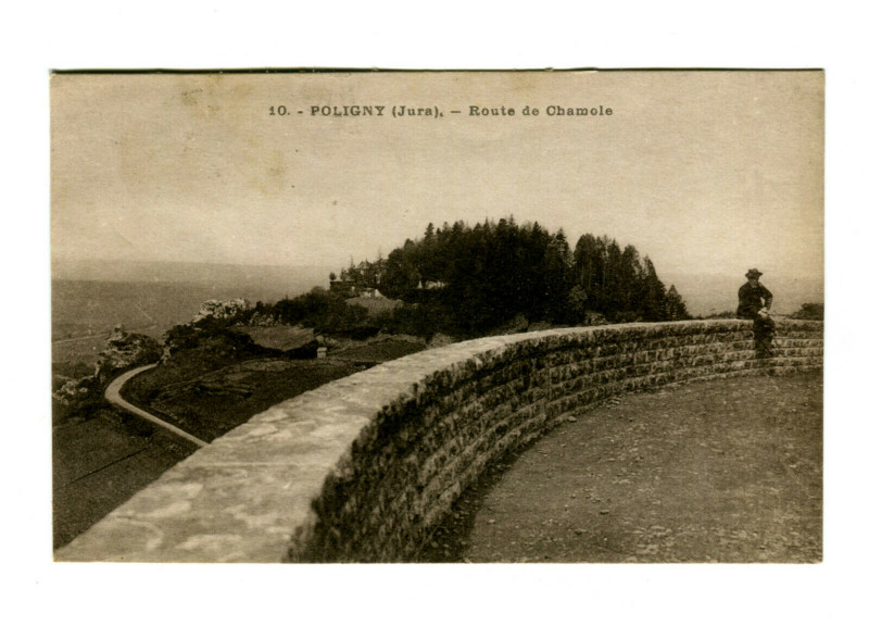 Carte postale ancienne Jura Poligny Route de Chamole animé à Poligny
