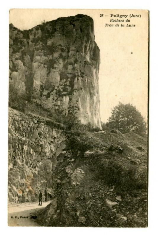 Carte postale ancienne Jura Poligny Rochers du Trou de la Lune animé à Poligny