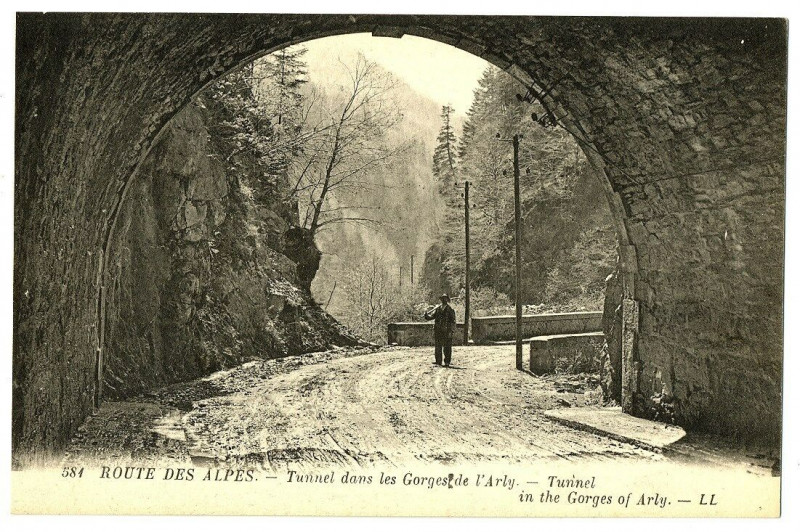 Carte postale ancienne Savoie Tunnel dans les Gorges de l'Arly animé