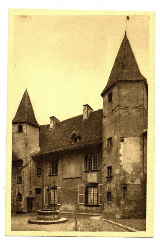 Carte postale ancienne Loire Charlieu Hôtel des Prieurs Cour d'honneur et son puits à Charlieu