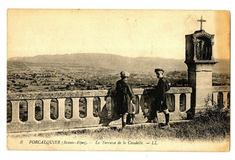 Carte postale ancienne Alpes-de-Haute-Provence Forcalquier La Terrasse de la Citadelle animé à Forcalquier