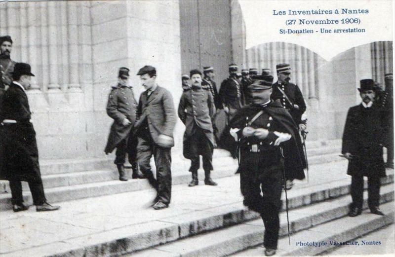 Carte postale ancienne Nantes Les Inventaires 27 Nov 1906 St Donatien Une Arrestation (GROS Plan à Nantes