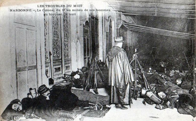 Carte postale ancienne Narbonne Troubles Du Midi Narbonne Le Colonel Du 9e Au Mileu Des Ses Homm à Narbonne