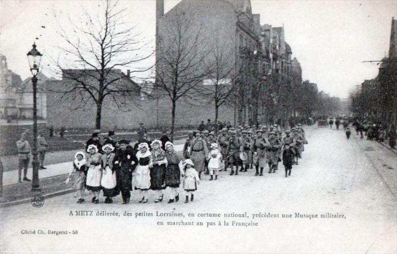 Carte postale ancienne A Metz Delivree Des Petites Lorraines En Costume National Marchant Au Pas à Metz