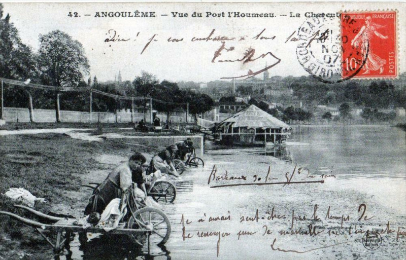 Carte postale ancienne Angouleme Vue Du Port L'Houmeau La Charente à Angoulême