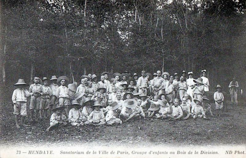 Carte postale ancienne Hendaye Sanatorium De La Ville De Paris Groupe D'Enfants Au Bois De La Di à Hendaye
