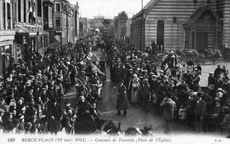 Carte postale ancienne Berck Plage 22 Mars 1914 Concours De Travestis Place De L´EGLISE (Autre C à Berck