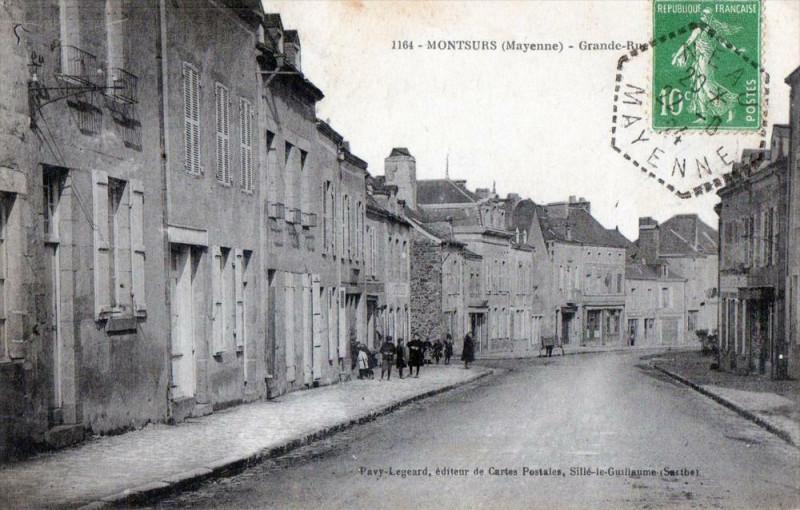 Carte postale ancienne Montsurs Grande Rue (Cpa Anime à Montsûrs