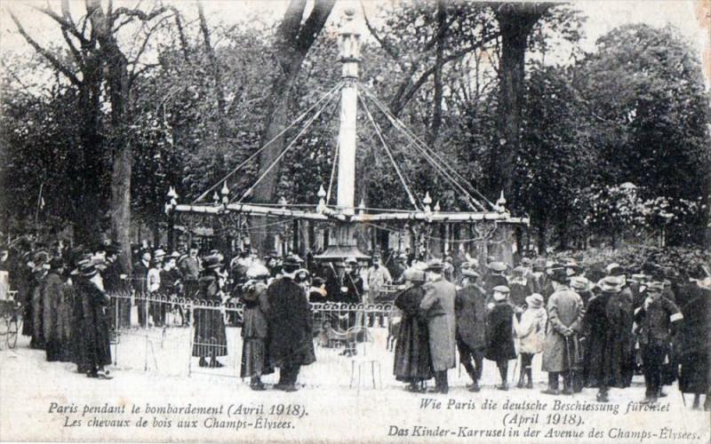 Carte postale ancienne Paris pendant le bombardement - Les chevaux de bois aux Champs-Elysées à Paris 8e