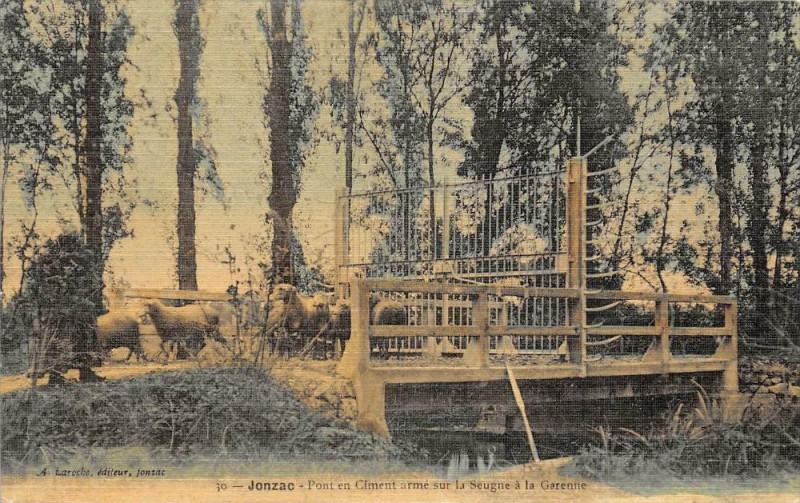 Carte postale ancienne Jonzac Pont En Ciment Arme Sur La Seugne A La Garenne (rare modèle cpa to à Jonzac