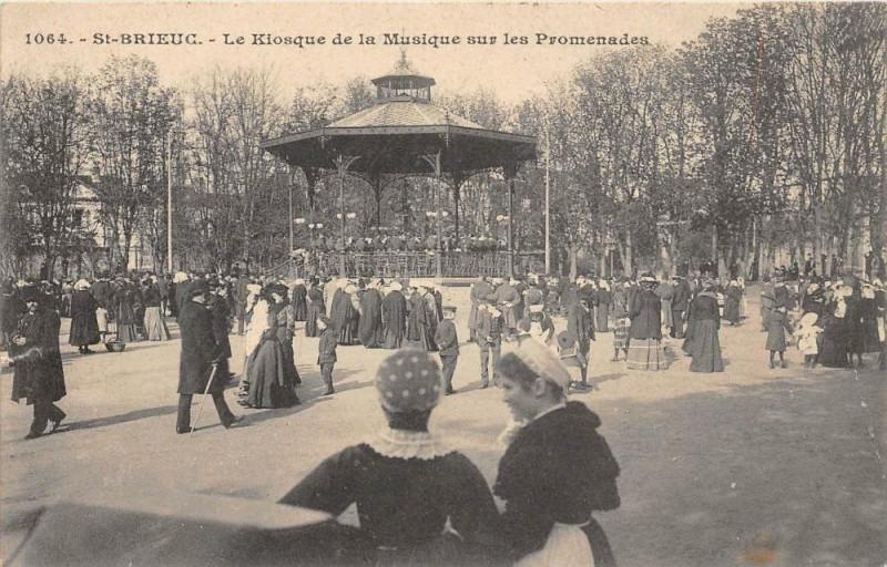 Carte postale ancienne Saint Brieuc Le Kiosque De La Musique Sur Les Promenades  (Grosse Animati à Saint-Brieuc