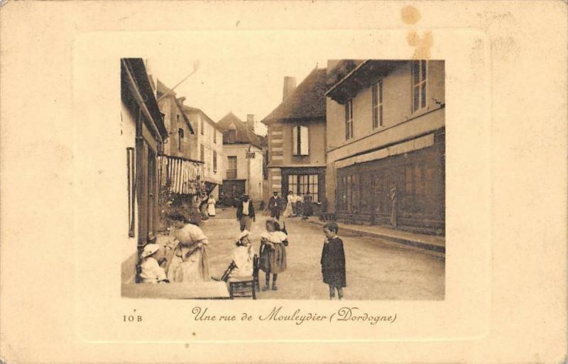 Carte postale ancienne Une Rue A Mouleydier Dordogne à Mouleydier