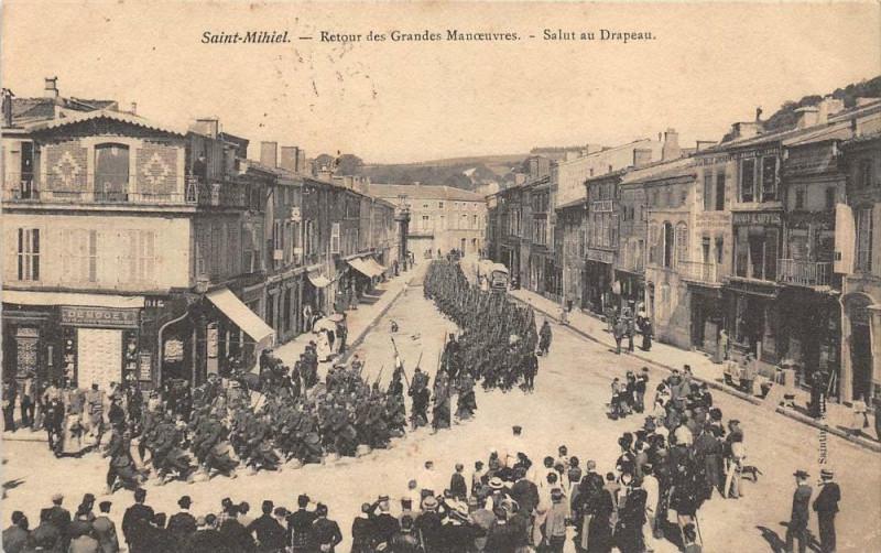Carte postale ancienne Saint Mihiel Retour Des Grandes Manoeuvres Salut Au Drapeau (animée à Saint-Mihiel