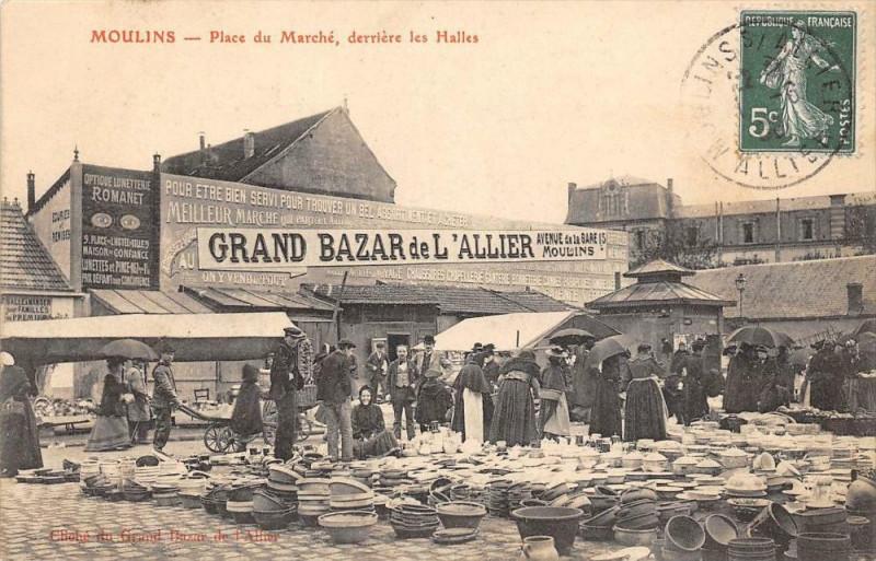 Carte postale ancienne Moulins Place Du Marche Derriere Les Halles à Moulins