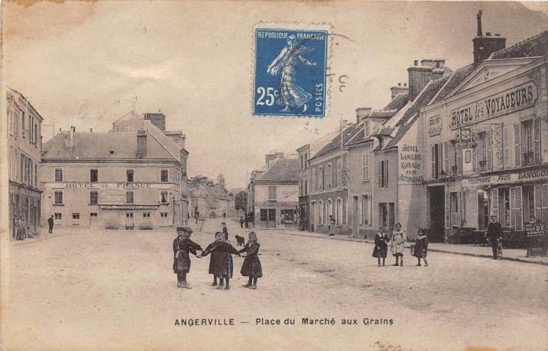 Carte postale ancienne Angerville Place Du Marche Aux Grains à Angerville