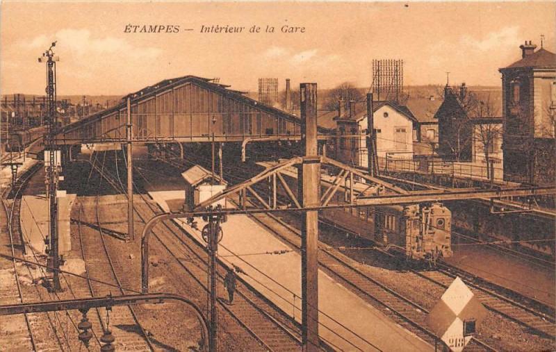 Carte postale ancienne Etampes Interieur De La Gare (Train à Étampes