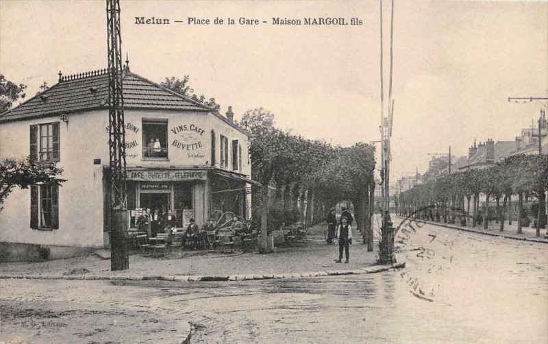 Carte postale ancienne Melun Place De La Gare Maison Margoil Fils à Melun