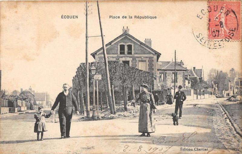Carte postale ancienne Ecouen Place De La Republique (cliché rare à Écouen