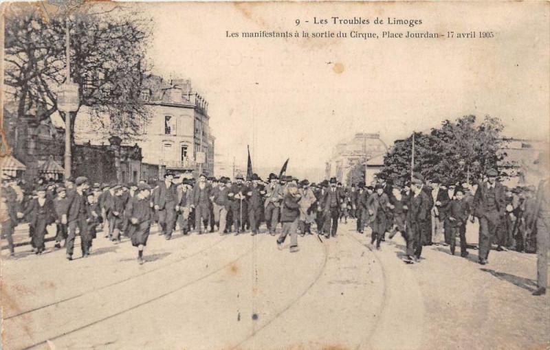 Carte postale ancienne Les Troubles De Limoges Les Manifestants A La Sortie Du Cirque Place Jour à Limoges