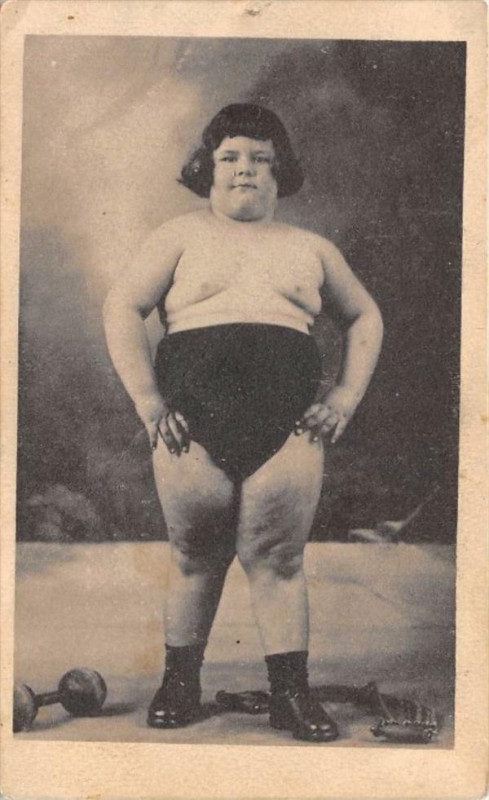 Carte postale ancienne Personnage Nomme Le Geant Colosse Victor Leon Ne A Vitry Les Reims 1920 à Reims
