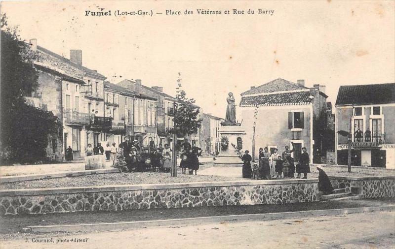 Carte postale ancienne Fumel Place Des Veterans Et Rue Du Barry à Fumel