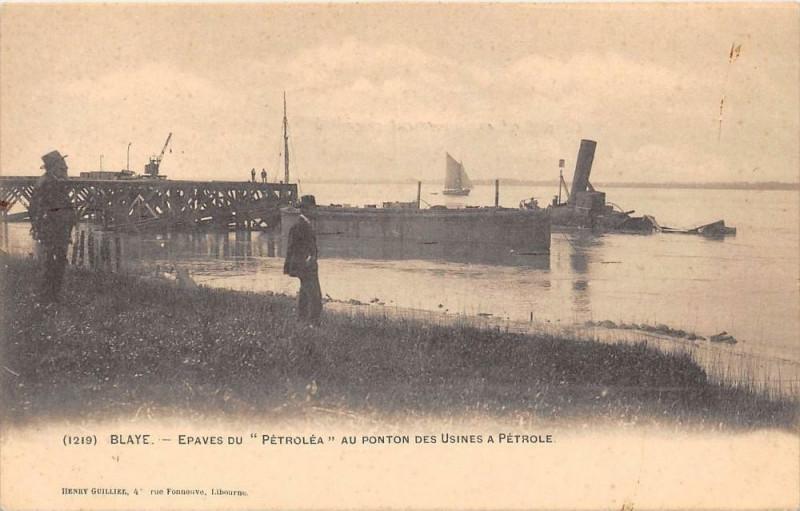 Carte postale ancienne Blaye Epaves Du Petrolea Au Ponton Des Usines A Petrole (dos non divisé) à Blaye