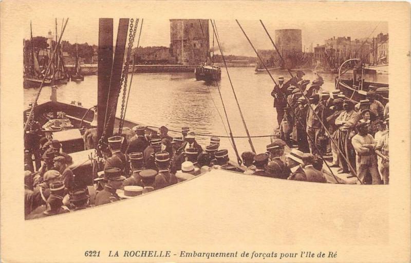 Carte postale ancienne La Rochelle Embarquement De Forcats Pour L'Ile De Re à La Rochelle
