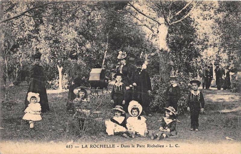 Carte postale ancienne La Rochelle Dans Le Parc Richelieu à La Rochelle