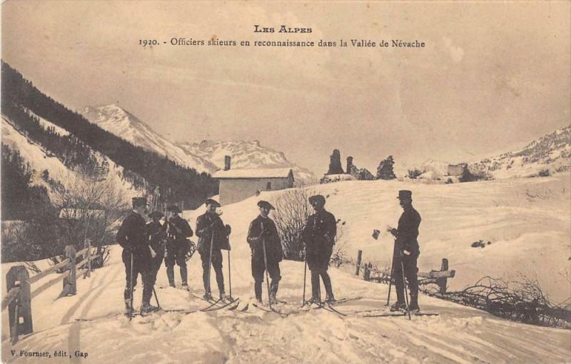 Carte postale ancienne Les Alpes Officiers Skieurs En Reconnaissance Dans La Vallee De Nevache à Névache
