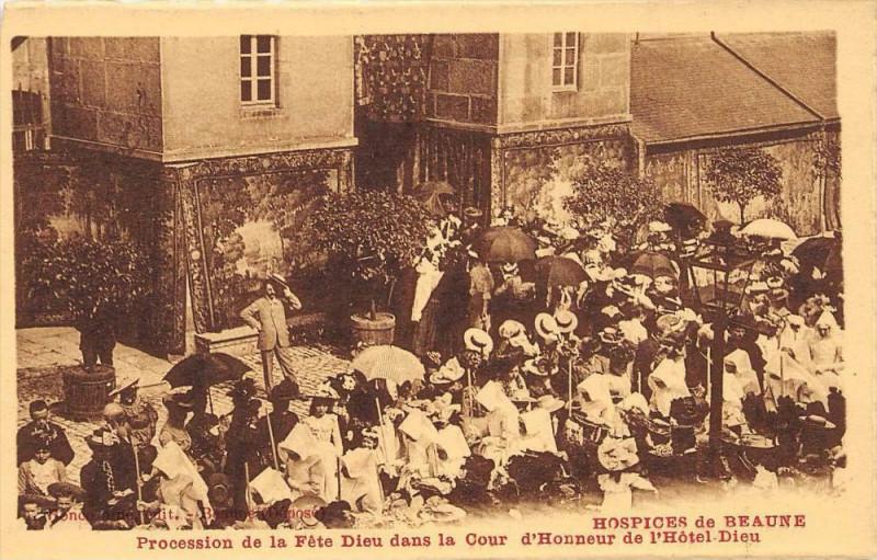 Carte postale ancienne Hospices De Beaune Procession De La Fete Dieu Cour D'Honneur à Beaune