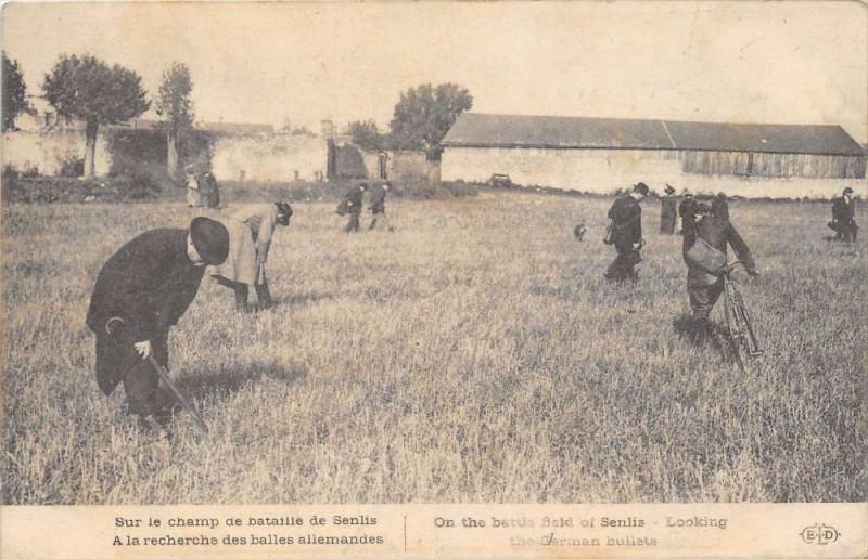 Carte postale ancienne Sur Le Champ De Bataille De Senlis A La Recherche Des Balles Allemandes à Senlis