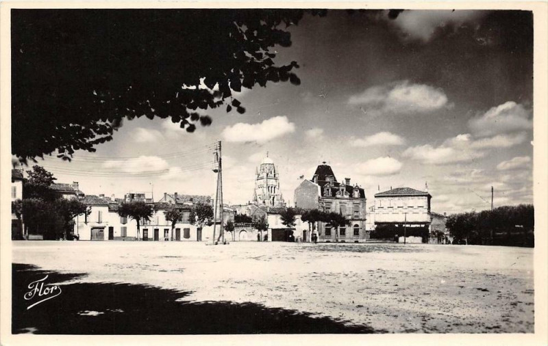 Carte postale ancienne Saintes Place Blair à Saintes