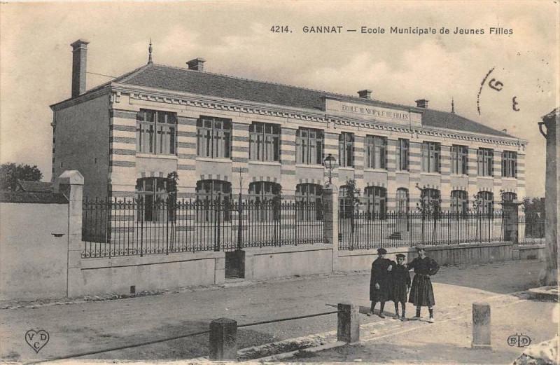 Carte postale ancienne Gannat Ecole Municipale De Filles à Gannat