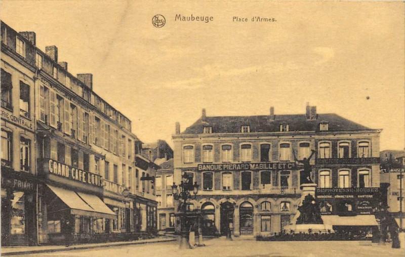 Carte postale ancienne Maubeuge Place D'Armes à Maubeuge