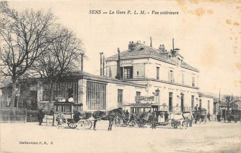 Carte postale ancienne Sens La Gare P.L.M. Vue Exterieure à Sens