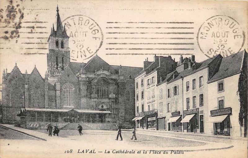 Carte postale ancienne Laval La Cathedrale Place Du Palais à Laval