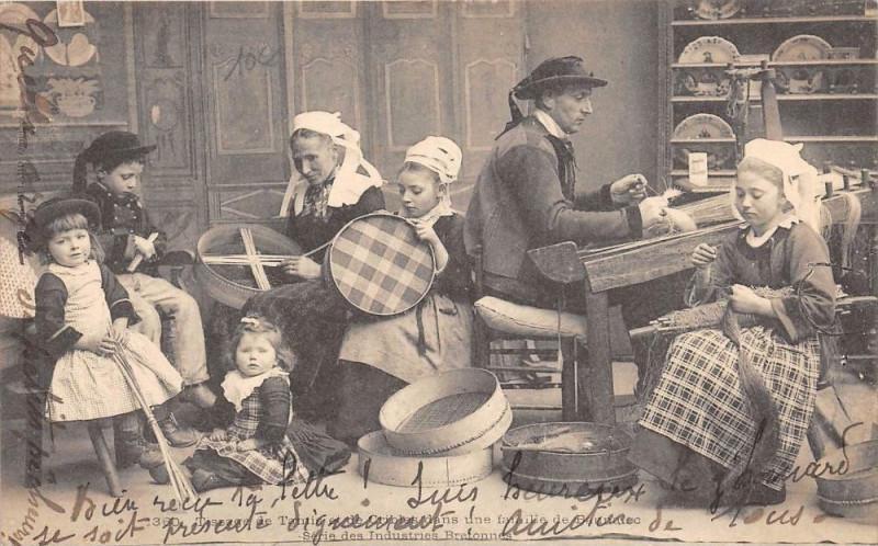 Carte postale ancienne Tissage De Tamis Et De Crible Famille De Bannalec (dos non divisé) Gros P à Bannalec