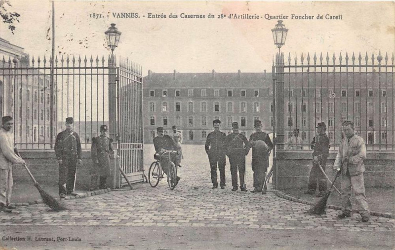 Carte postale ancienne Vannes Entree Des Casernes Du 28e Artillerie Quartier Fouche De Careil à Vannes