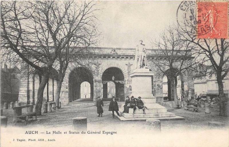 Carte postale ancienne Auch La Halle Et Statue Du General Espagne à Auch