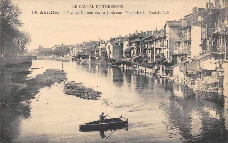 Carte postale ancienne Aurillac Vieilles Maisons Sur La Jordanne à Aurillac