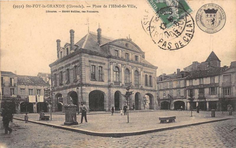 Carte postale ancienne Sainte Foy La Grande Place De L'Hotel De Ville à Sainte-Foy-la-Grande