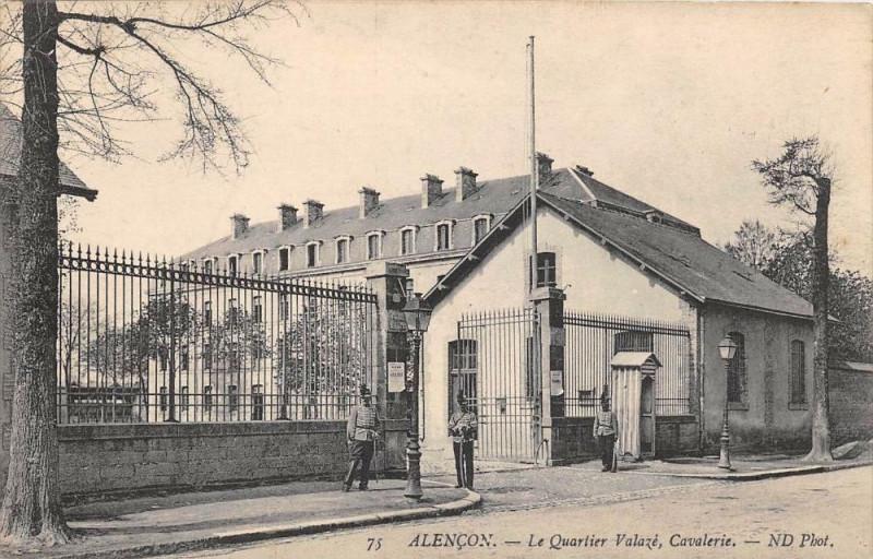 Carte postale ancienne Alencon Le Quartier Valaze Cavalerie à Alençon