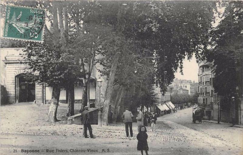 Carte postale ancienne Bayonne Rue Thiers Chateau Vieux à Bayonne