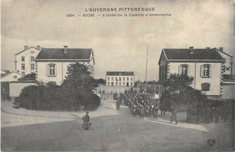 Carte postale ancienne Riom Entree De La Caserne D'Anterroche à Riom