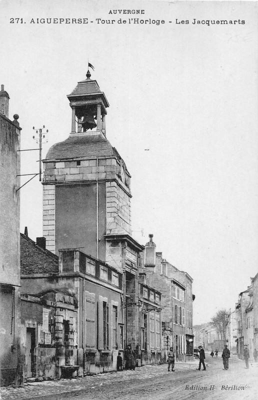 Carte postale ancienne Aigueperse Tour De L'Horloge Les Jacquemarts à Aigueperse