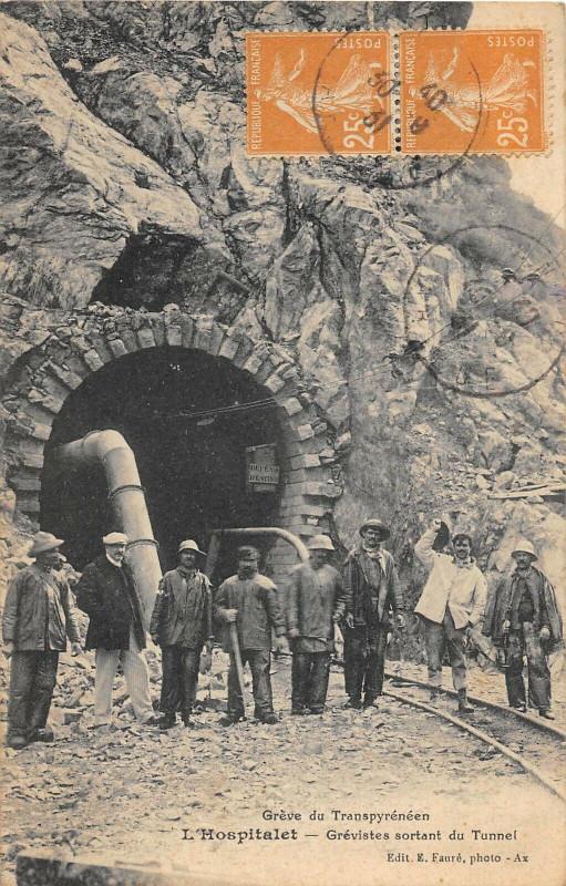 Carte postale ancienne Greve Transpyreneen L'Hospitalet Les Grevistes Sortant Du Tunnel à Sor