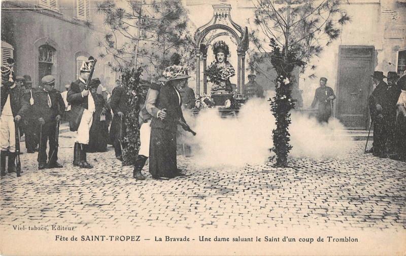 Carte postale ancienne Fete De Saint Tropez La Bravade Une Dame Saluant Le Saint Coup Tromblon à Saint-Tropez