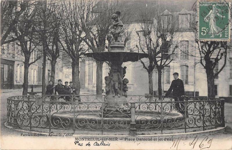 Carte postale ancienne Montreuil Sur Mer Place Darnetal Et Jet D'Eau à Montreuil