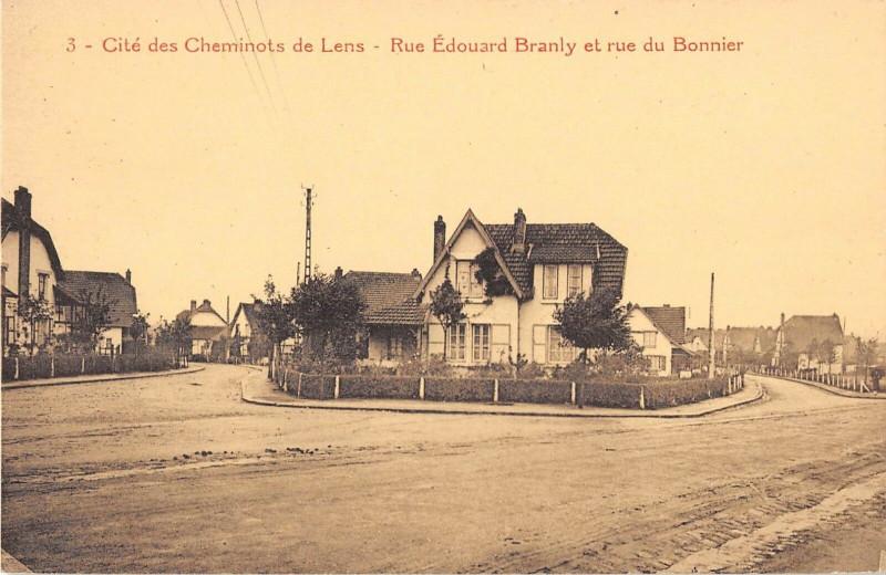 Carte postale ancienne Cite Des Cheminots De Lens Rue Edouard Branly Et Rue Du Bonnier à Lens